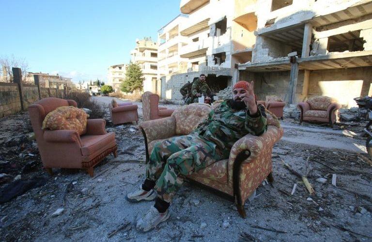 مقاتل في القوات الموالية لنظام الاسد في احد شوارع بلدة سلمى في ريف اللاذقية